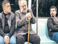 Hakan Aysev...METRODA ARYA SÖYLEDİ, KORKANLAR OLDU!