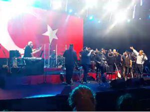 Volkan Konak Konser Harbiye 2015 kONSERİNDE NE BAYRAĞI UNUTTU, NE DE ATATÜRK'Ü!